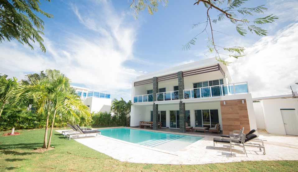 Backyard and pool of Las Palmas villa located in Sosua Ocean Village