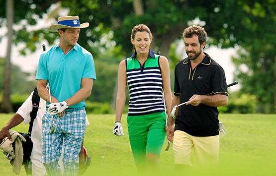 Jóvenes de moda y jóvenes jugando al golf